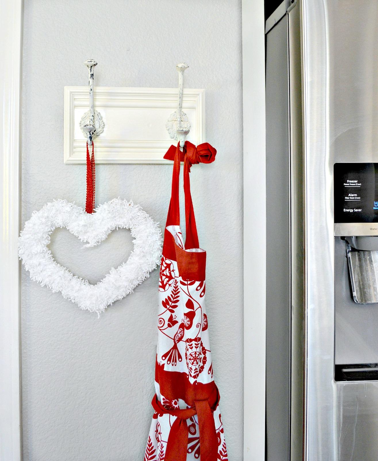 valentine-wreath-made-from-yarn