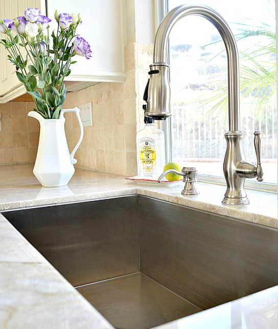 How to naturally clean a stainless steel sink