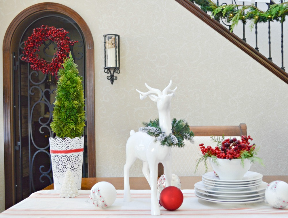 red-and-green-in-the-dinning-room-for-christmas