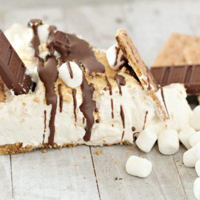 Easy No Bake S'mores Cheesecake recipe - a quick and easy no bake s'mores dessert. Chocolate and marshmallows and cheesecake, so delicious!