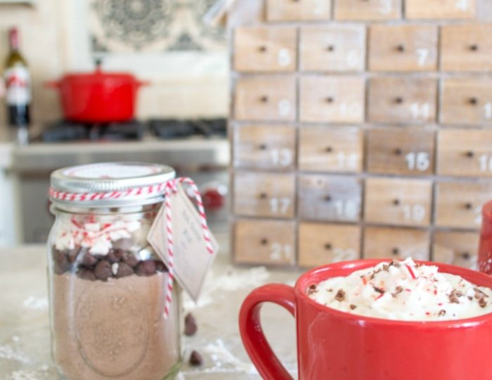 These make the perfect and easiest gifts, Peppermint Hot Coca in a mason jar